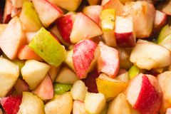 Ώριμα μήλα και αχλάδια που μαγειρεύονται στο σιρόπι ζάχαρης Διαδικασία το j στοκ φωτογραφία