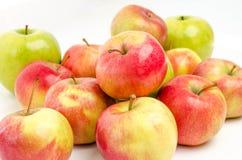Ώριμα μήλα που απομονώνονται σε ένα άσπρο υπόβαθρο Στοκ Εικόνες
