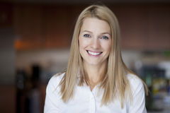 Ώριμα ξανθά χαμόγελα γυναικών στη κάμερα Στοκ Φωτογραφία