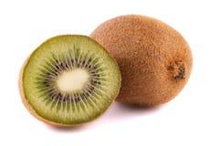 Ώριμα ολόκληρα φρούτα ακτινίδιων και μισά φρούτα ακτινίδιων στο άσπρο υπόβαθρο Στοκ φωτογραφία με δικαίωμα ελεύθερης χρήσης