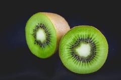 Ώριμα ολόκληρα φρούτα ακτινίδιων και μισά φρούτα ακτινίδιων Στοκ Εικόνα