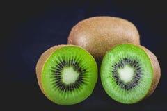 Ώριμα ολόκληρα φρούτα ακτινίδιων και μισά φρούτα ακτινίδιων Στοκ Φωτογραφία