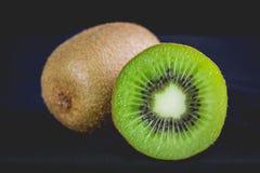Ώριμα ολόκληρα φρούτα ακτινίδιων και μισά φρούτα ακτινίδιων Στοκ Εικόνες