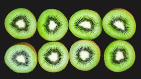 Ώριμα ολόκληρα φρούτα ακτινίδιων και μισά φρούτα ακτινίδιων Στοκ εικόνα με δικαίωμα ελεύθερης χρήσης