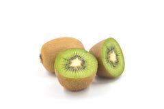 Ώριμα ολόκληρα φρούτα ακτινίδιων και μισά φρούτα ακτινίδιων Στοκ Φωτογραφίες