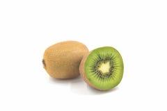 Ώριμα ολόκληρα φρούτα ακτινίδιων και μισά φρούτα ακτινίδιων Στοκ φωτογραφία με δικαίωμα ελεύθερης χρήσης