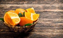 Ώριμα πορτοκάλια στο καλάθι Στοκ Εικόνα