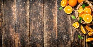 Ώριμα πορτοκάλια στο καλάθι Στοκ Εικόνες