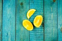 Ώριμα πορτοκαλιά φρούτα στο ξύλινο εκλεκτής ποιότητας υπόβαθρο Στοκ Φωτογραφίες