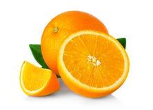 Ώριμα πορτοκαλιά φρούτα τα φύλλα και τις φέτες που απομονώνονται με στο λευκό Στοκ Φωτογραφίες