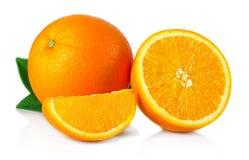 Ώριμα πορτοκαλιά φρούτα τα φύλλα και τις φέτες που απομονώνονται με στο λευκό Στοκ Εικόνες