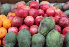 Ώριμα ρόδια και papayas Στοκ φωτογραφία με δικαίωμα ελεύθερης χρήσης