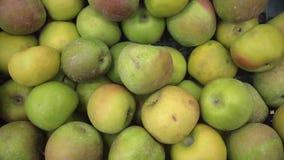 Ώριμα φρέσκα πράσινα μήλα στην πώληση στην αγορά shelfs, κινηματογράφηση σε πρώτο πλάνο απόθεμα βίντεο