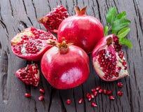 Ώριμα φρούτα ροδιών στο ξύλινο υπόβαθρο Στοκ Εικόνες