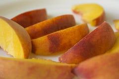 Ώριμα φρούτα ροδάκινων στο άσπρο υπόβαθρο Στοκ Εικόνες
