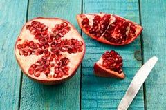 Ώριμα φρούτα ροδιών στο ξύλινο εκλεκτής ποιότητας υπόβαθρο υγιής χορτοφάγος τροφίμων Στοκ εικόνα με δικαίωμα ελεύθερης χρήσης