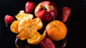 Ώριμα φρούτα σε ένα μαύρο υπόβαθρο Στοκ Εικόνες