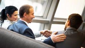 Ώριμα χέρια τινάγματος επιχειρηματιών Στοκ εικόνα με δικαίωμα ελεύθερης χρήσης