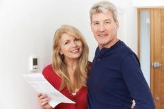 Ώριμα χρήματα αποταμίευσης ζεύγους στην οικιακή θέρμανση Bill στοκ εικόνες με δικαίωμα ελεύθερης χρήσης