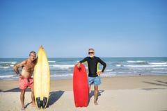Ώριμα surfers στην παραλία στοκ εικόνες