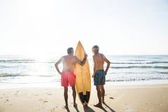 Ώριμα surfers στην παραλία στοκ εικόνα