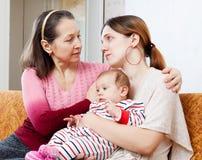 Ώριμες ανέσεις μητέρων που φωνάζουν την ενήλικη κόρη στοκ εικόνα με δικαίωμα ελεύθερης χρήσης