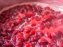 Ώριμες βράζοντας φράουλες για τη μαρμελάδα Στοκ εικόνα με δικαίωμα ελεύθερης χρήσης