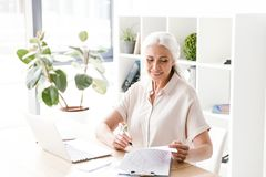 Ώριμες ευτυχείς σημειώσεις γραψίματος γυναικών Στοκ φωτογραφία με δικαίωμα ελεύθερης χρήσης