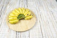 Ώριμες κίτρινες μπανάνες στο ξύλινο υπόβαθρο Στοκ φωτογραφία με δικαίωμα ελεύθερης χρήσης