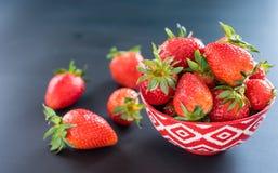 Ώριμες κόκκινες φράουλες στο κύπελλο Φρέσκια φράουλα χυμού, υγιή τρόφιμα στοκ φωτογραφία με δικαίωμα ελεύθερης χρήσης