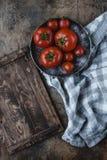Ώριμες ντομάτες στο πιάτο ξύλινο tabletop Στοκ Εικόνες