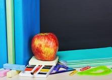 Ώριμες προμήθειες μήλων και σχολείων Στοκ Εικόνα