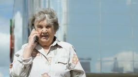 Ώριμες συζητήσεις ηλικιωμένων γυναικών που χρησιμοποιούν το έξυπνο τηλέφωνο υπαίθρια φιλμ μικρού μήκους