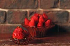 Ώριμες φράουλες σε ένα πιάτο για το πρόγευμα στοκ εικόνες