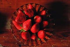 Ώριμες φράουλες σε ένα πιάτο στοκ εικόνα με δικαίωμα ελεύθερης χρήσης