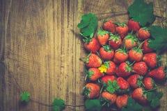 Ώριμες φράουλες πέρα από ξύλινο στοκ φωτογραφία με δικαίωμα ελεύθερης χρήσης