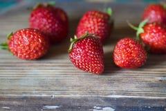 Ώριμες φράουλες σε μια σειρά Στοκ εικόνα με δικαίωμα ελεύθερης χρήσης