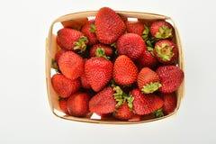 Ώριμες φράουλες στο ξύλινο καλάθι που απομονώνεται στο λευκό Στοκ Εικόνες