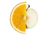 Ώριμες, φρέσκες φέτες περικοπών του πορτοκαλιού και Apple που απομονώνεται στο άσπρο υπόβαθρο Στοκ Εικόνα