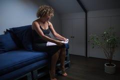 Ώριμη έγκυος γυναίκα στο σπίτι στοκ φωτογραφίες