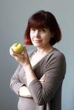 Ώριμη γυναίκα με τη Apple Στοκ εικόνες με δικαίωμα ελεύθερης χρήσης