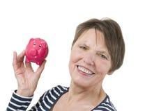 Ώριμη γυναίκα με τη piggy τράπεζα Στοκ φωτογραφία με δικαίωμα ελεύθερης χρήσης