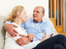 Ώριμη γυναίκα με τον ανώτερο σύζυγο στο σπίτι Στοκ εικόνα με δικαίωμα ελεύθερης χρήσης