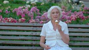 Ώριμη γυναίκα με το παγωτό φιλμ μικρού μήκους