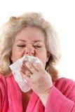 Ώριμη γυναίκα με το φτέρνισμα γρίπης Στοκ Εικόνες