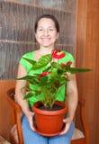 Ώριμη γυναίκα με anthurium Στοκ Εικόνες