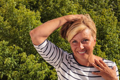 Ώριμη γυναίκα που έχει μια καυτή λάμψη Στοκ εικόνα με δικαίωμα ελεύθερης χρήσης