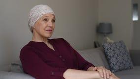 Ώριμη γυναίκα που έχει την απώλεια τρίχας καρκίνου απόθεμα βίντεο