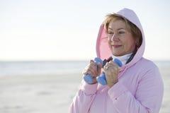 Ώριμη γυναίκα που ασκεί με τα βάρη χεριών υπαίθρια Στοκ φωτογραφίες με δικαίωμα ελεύθερης χρήσης