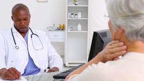 Ώριμη γυναίκα που εξηγεί τον πόνο της σε έναν γιατρό φιλμ μικρού μήκους